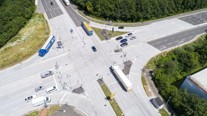 Luftaufnahme Straßenkreuzung mit Fahrbahndecke aus Beton von Heidelberger Beton, Kreuzung auch als Daimler Kreuzung bekannt.